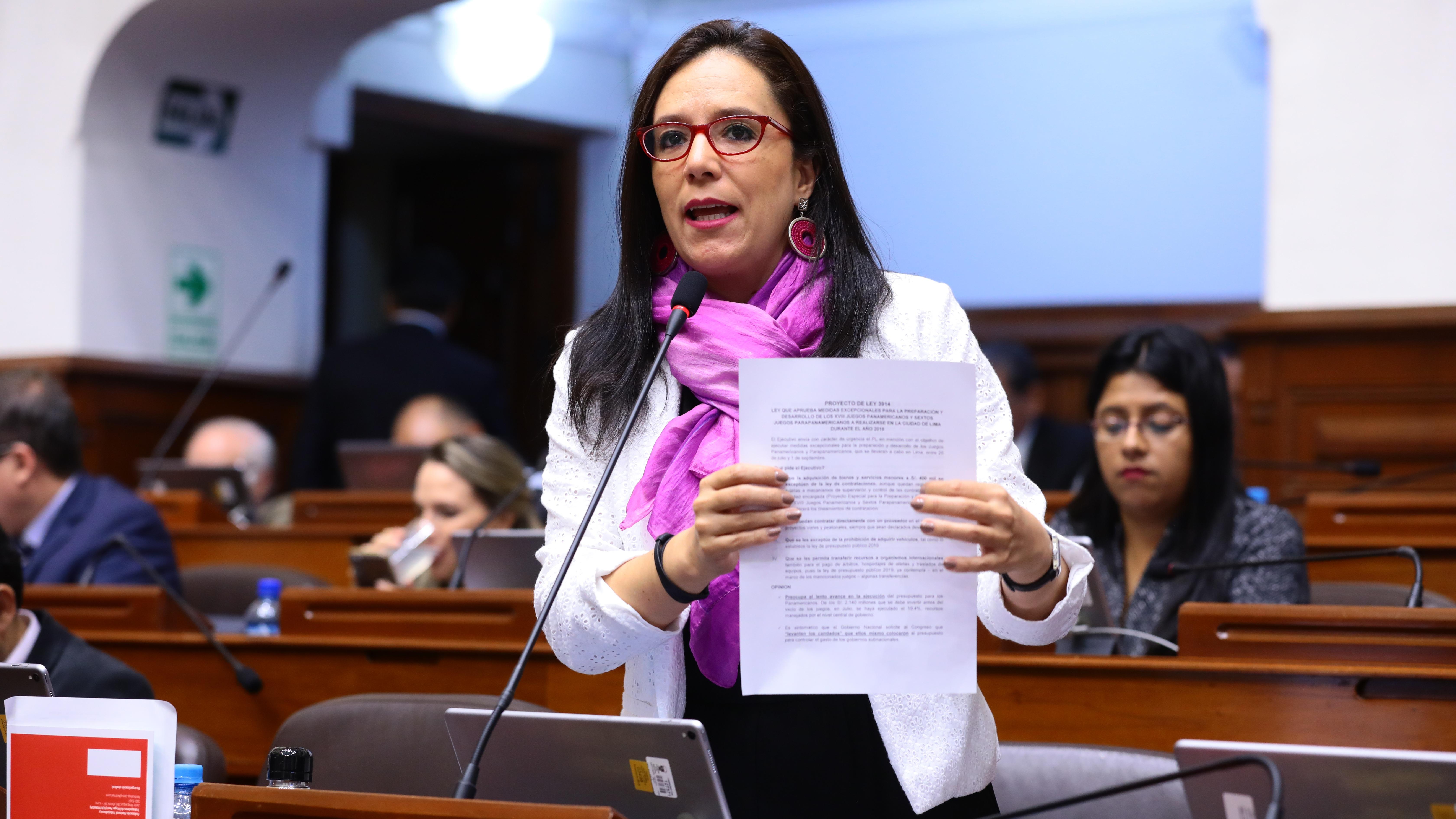 Marisa Glave durante una sesión del pleno del Congreso de la República.