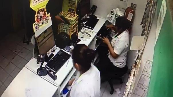 El asaltante de la farmacia se llevó más de 2,600 soles y tres cajas de leche de fórmula para bebés.
