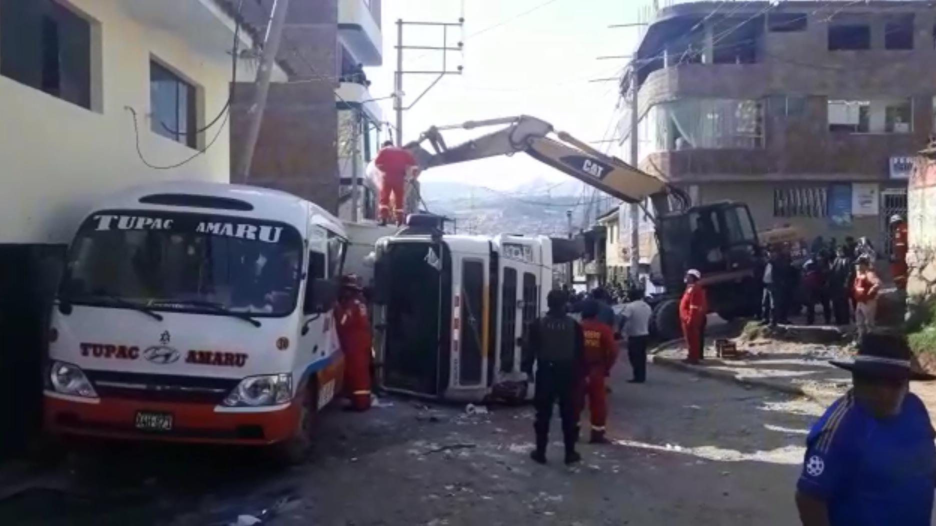 El camión volquete quedó tendido sobre uno de sus lados.