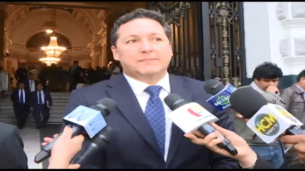 Daniel Salaverry brinda declaraciones a la prensa.