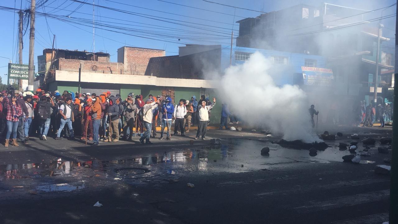 Obreros de construcción civil protestan en los alrededores de la sede del Gobierno Regional de Arequipa.