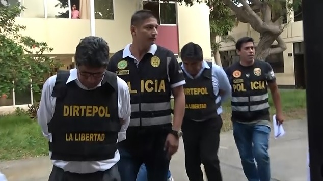 Los dos trabajadores fueron detenidos por presuntos actos de corrupción.