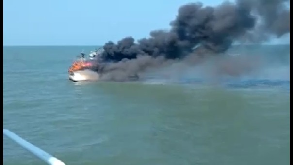 Momento en que embarcación se quema en Puerto Pimentel.