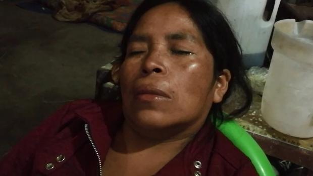 Mujer es atendida en centro de salud