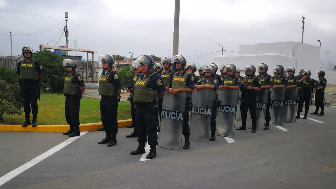 El ministro del Interior Carlos Morán, rodeado de otras autoridades, anuncia a los 550 agentes.