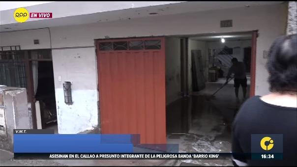 Intensa llovizna sobre la capital colapsó el desagüe en Villa María del Triunfo.