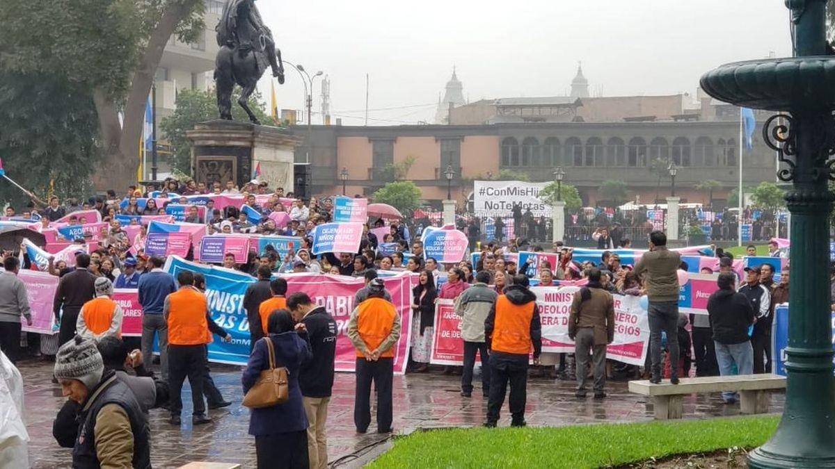 Ántero Flores Aráoz y Óscar Urviola opinan sobre manifestantes en plaza Bolívar.