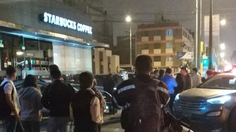 Los delincuentes ingresaron a un Starbucks en Santiago de Surco para asaltar a los clientes.