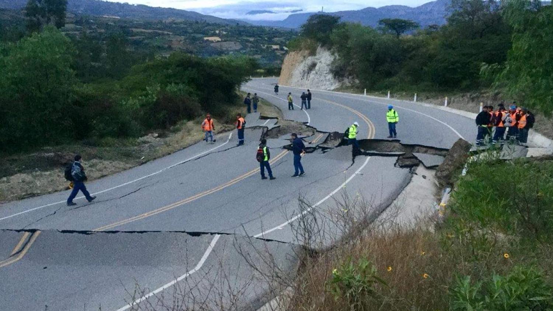 Varios usuarios compartieron en las redes fotografías de la vía colapsada. El fuerte sismo dejó grietas en el asfaltado de la vía.