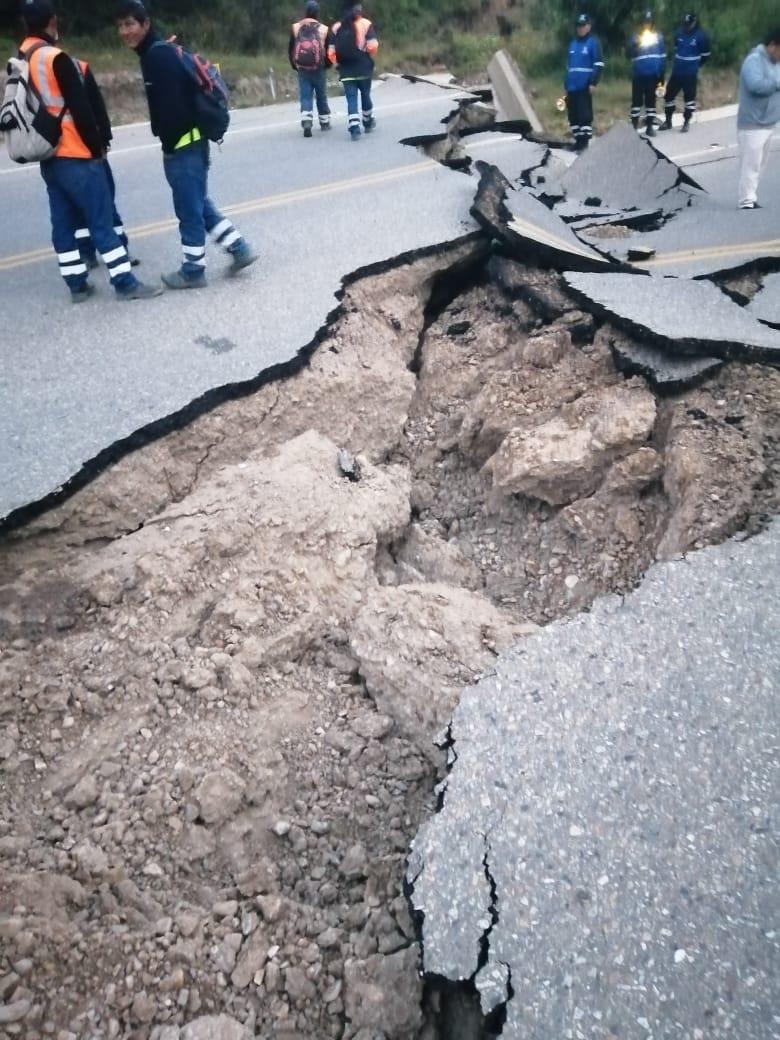 El movimiento telúrico hizo que la carretera sufriera una rotura generado que el tránsito sea bloqueado.