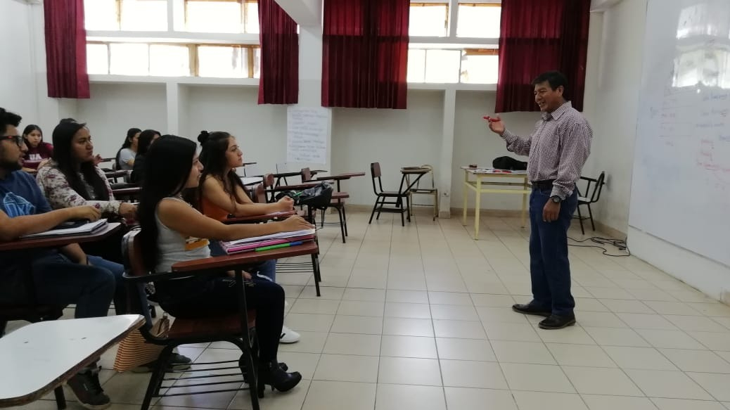 Clases de quechua y muchik en la universidad