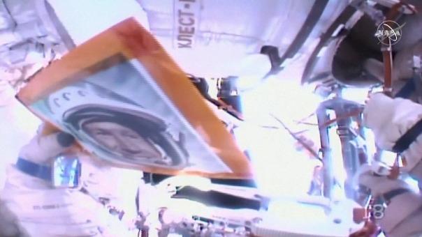 El 18 de marzo de 1965, equipado con una escafandra espacial y atado a una correa de 5,35 metros, Leónov permaneció fuera de la Vosjod-2 durante doce minutos y nueve segundos.