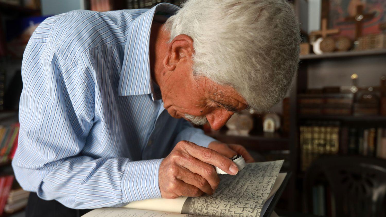 Encorvado sobre un libro, George Zaarur descifra con una lupa unos escritos en arameo. Es uno de los pocos especialistas sirios en el idioma de Jesús, que está empezando a desaparecer del uso diario en su pueblo: Malula.