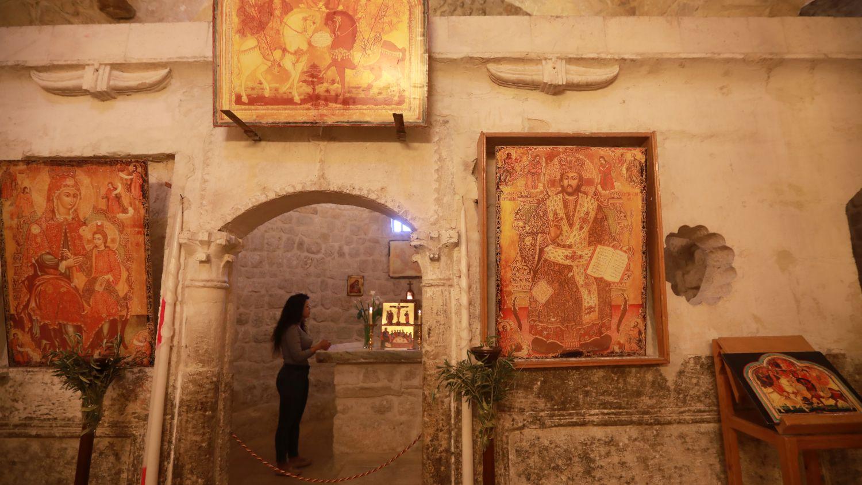 Rita Wahba, una habitante de Malula,recita himnos en arameo.Su ciudadsolía serpaso obligado de turistas y peregrinos, que disfrutaban escuchando hablar arameo en sus calles y visitando edificios religiosos. En 2011 la guerra lo cambió todo.