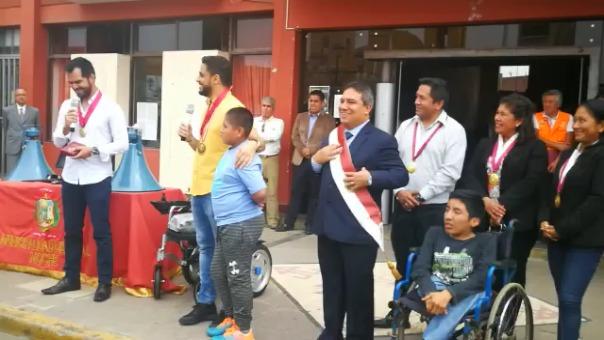 Yaqoob Yusuf Ahmed Mubarak también tuvo un noble gesto con un escolar con discapacidad física.