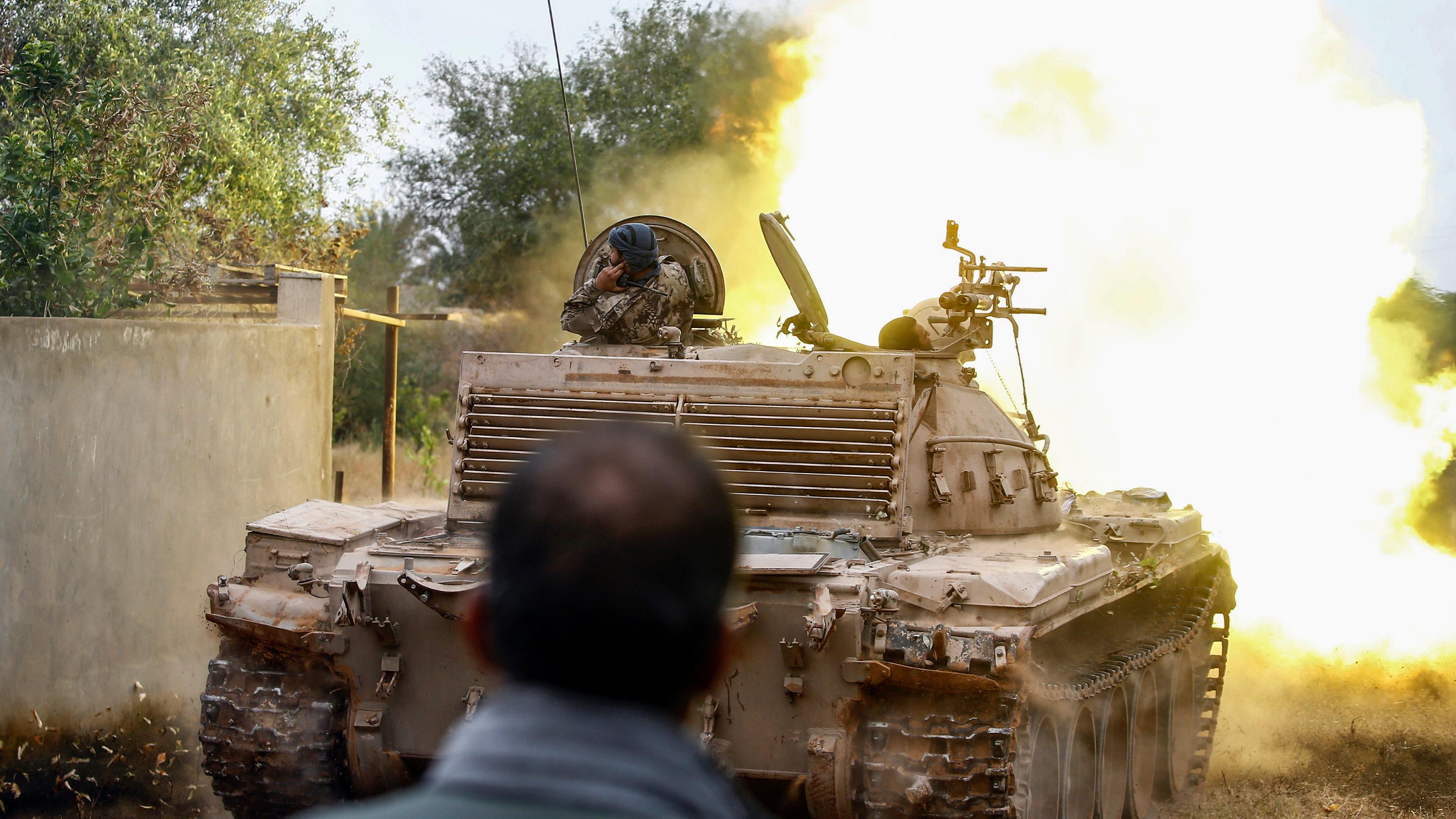 El sur de Libia es escenario de combates diarios desde que en abril tropas lideradas por el mariscal Jalifa Hafter, tutor del gobierno establecido en la ciudad oriental de Tobruk, impusiera un cerco para expulsar al Ejecutivo sostenido por la ONU desde 2016 en Trípoli.