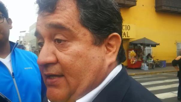 El gerente Rafael Moya recomendó al director del colegio Ramiro Ñique acondicionar un ambiente adecuado para el uso de las computadoras.