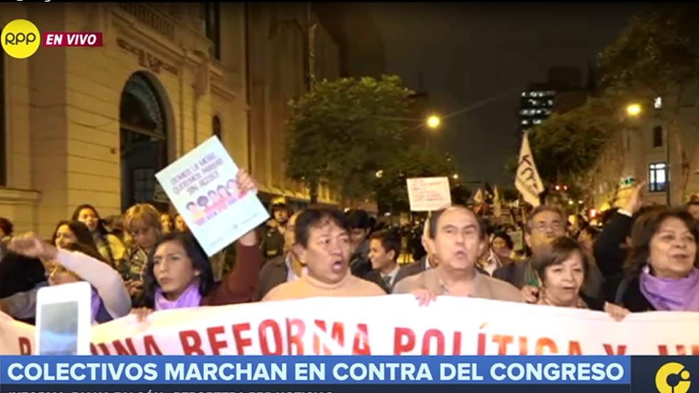 Cientos de ciudadanos participan en la movilización.