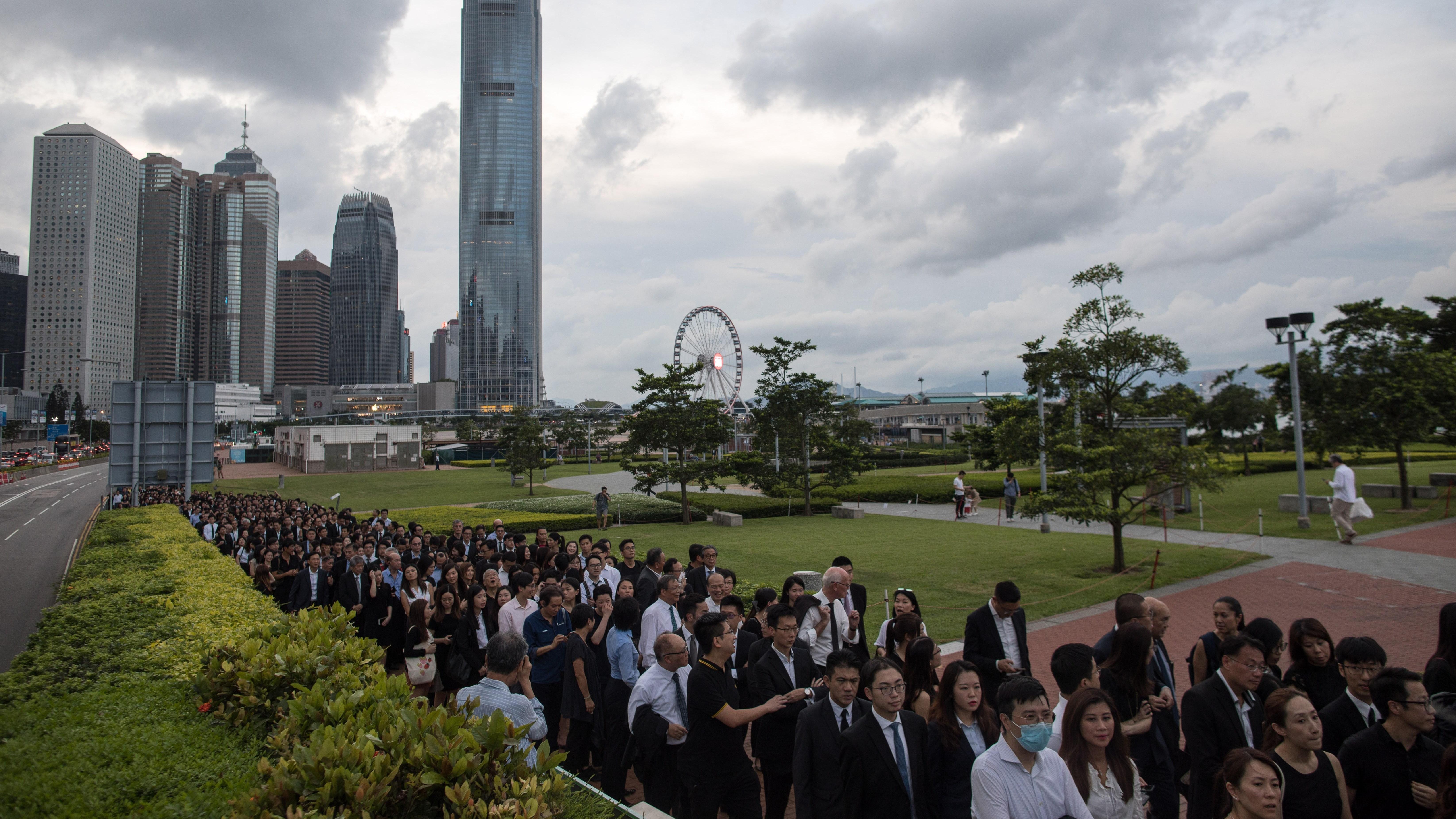 ¿Por qué cientos de abogados protestan en silencio en Hong Kong?