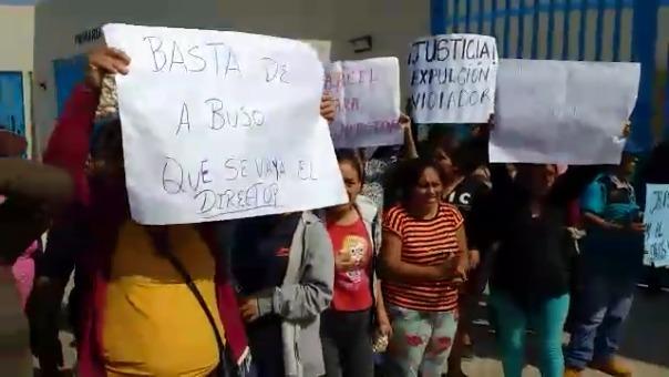 Madres y padres de familia están indignados por el hecho y realizaron un plantón en las afueras de la institución educativa.