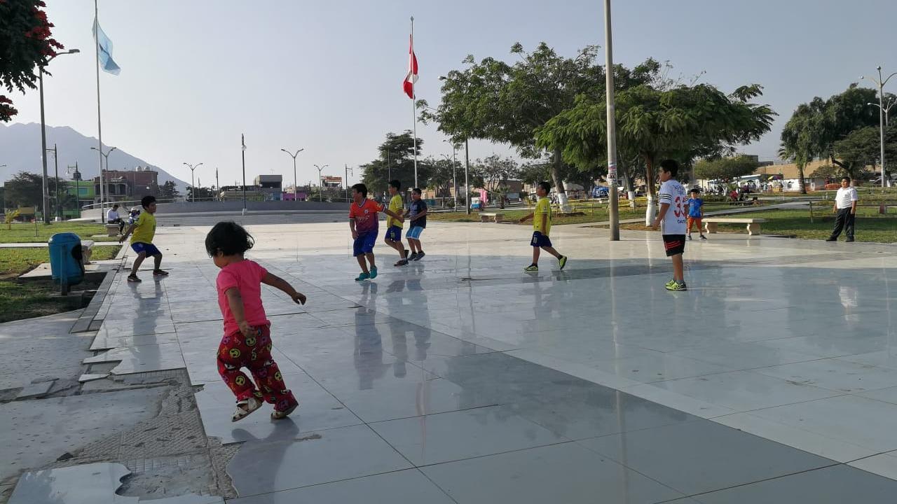 Los niños juegan despreocupados de la peligrosidad del distrito.