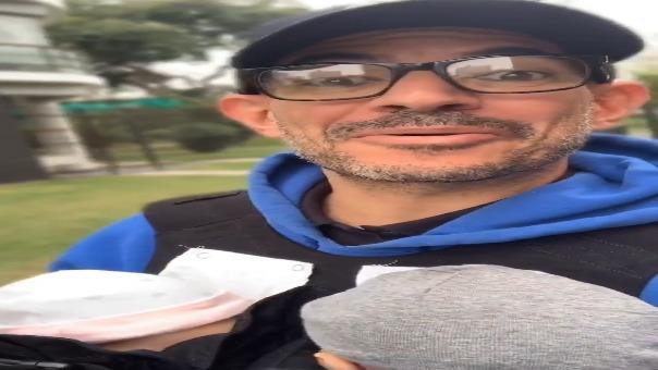 Ricardo Morán derrocha ternura al pasear por las calles de Lima cargando a sus mellizos