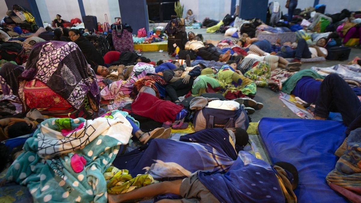 Venezolanos duermen en el ingreso fronterizo al Perú antes de que entre en vigencia la exigencia de visa.