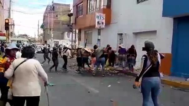 Comerciantes atacan la casa del alcalde de Cerro Colorado, Benigno Cornejo.