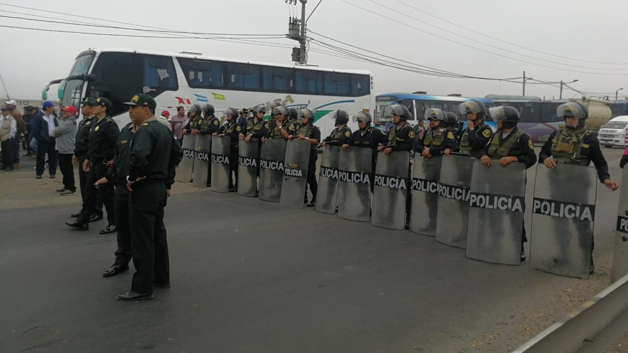Contingente policial desbloqueó la carretera Panamericana Norte.