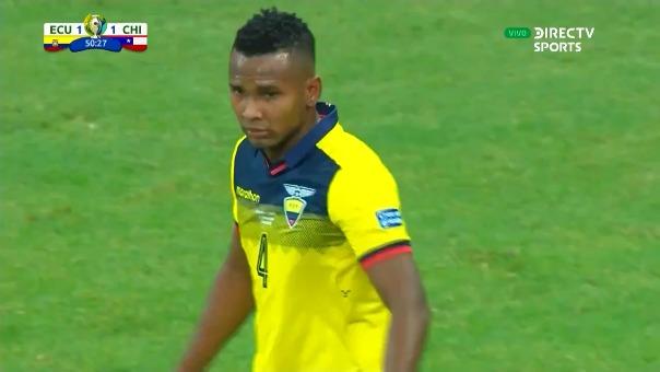 El jugador del Manchester United no dudó en lanzar el balón hacia el arco ecuatoriano.
