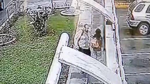 La agresión quedó registrada en un video de una de las cámaras de seguridad del distrito.