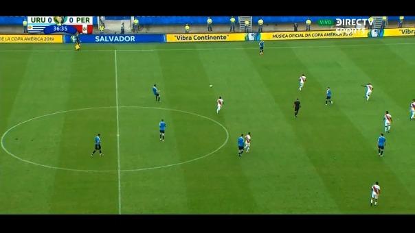 Paolo Guerrero cayó en el área de Uruguay.