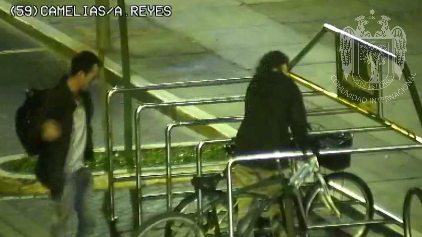 La pareja es acusada de robar una bicicleta.