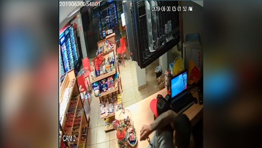 Video muestra cómo la joven es atacada con una cadena de metal.