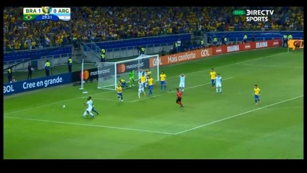 Este es el cabezazo de Sergio Agüero que por poco termina en gol para la Selección Argentina.