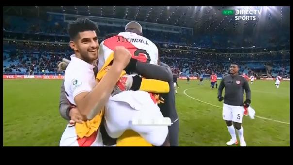 Así fue la celabración peruana a ras de cancha tras vencer a Chile por 3-0.