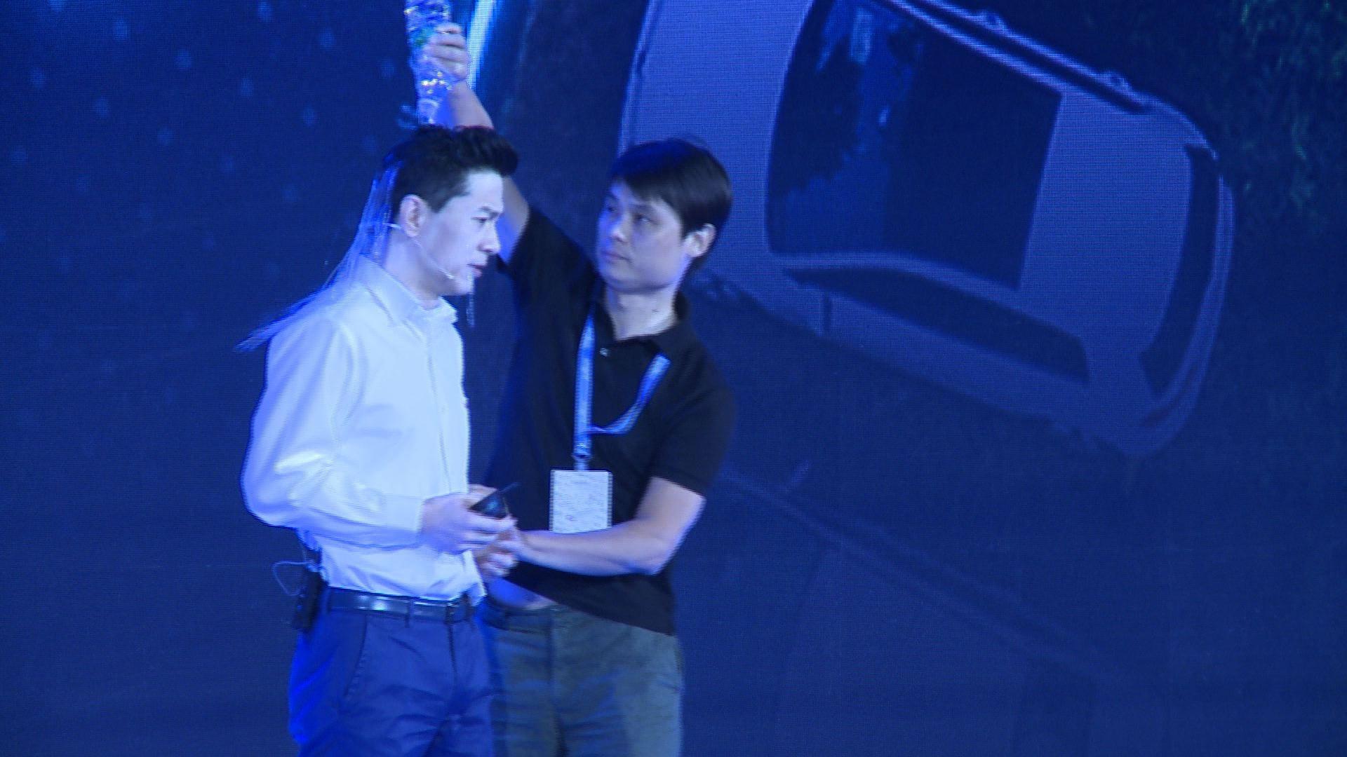 CEO de Baidu pasó vergüenza en evento de desarrolladores.