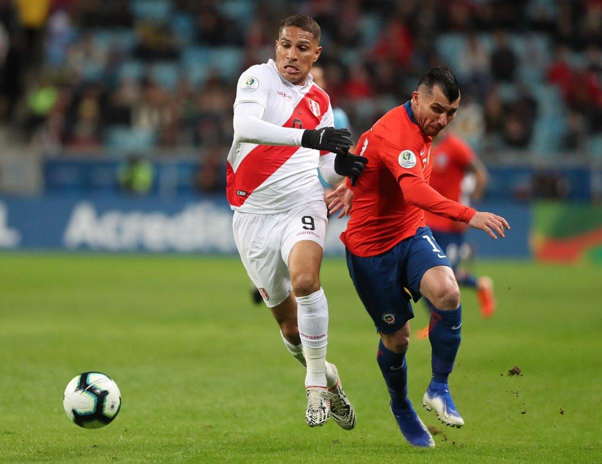 3) Paolo Guerrero anotó ante Chile y superó a Eduardo Vargas como el jugador activo con más goles en Copa América (13); además, ingresó en el tercer lugar histórico entre los jugadores con más anotaciones en la competencia.