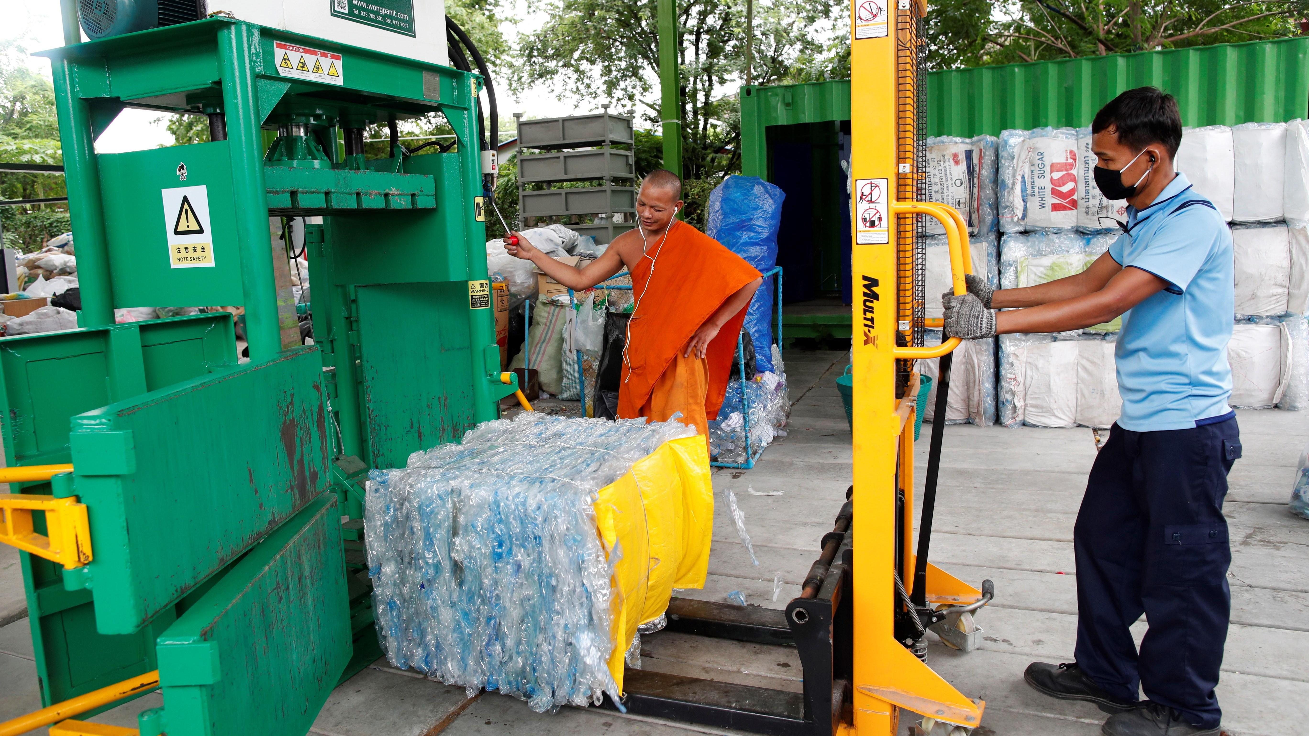 Hace falta 30 botellas de plástico recicladas para confeccionar una túnica de un monje budista de Bangkok.