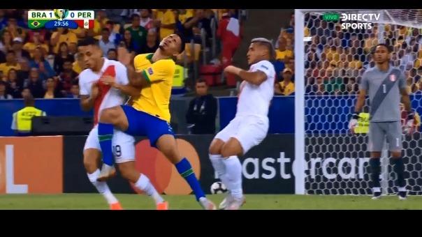 Así fue la durísima entrada de Gabriel Jesús contra Yoshimar Yotún en la final de la Copa América 2019.