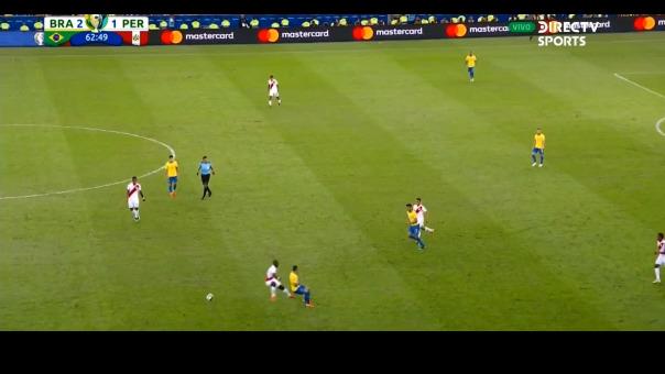 Mira el lujo de Everton ante Luis Advíncula.