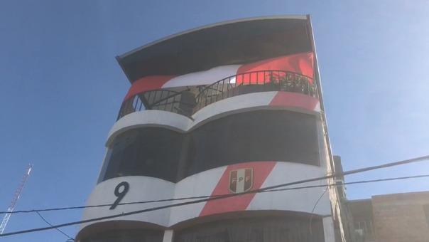 Hinchas de la Selección Peruana pintaron su casa con los colores patrios