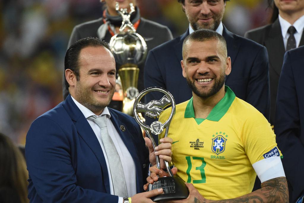 2. Dani Alves, lateral, Brasil |Fue el jugador con más pases completos (369) en el torneo; además, anotó un gol y fue el defensor con más rivales eludidos (14) y duelos individuales ganados (46).