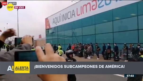 Los jugadores de la Selección Peruana en el aeropuerto.