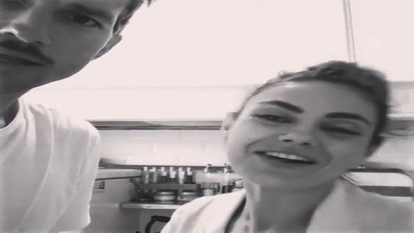 Ashton Kutcher y Mila Kunis sorprenden al cantar