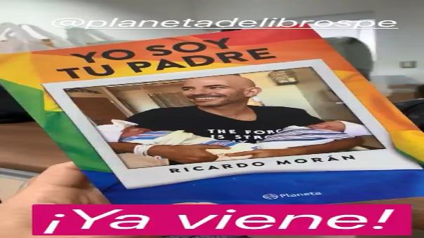Ricardo Morán muestra la portada de su libro