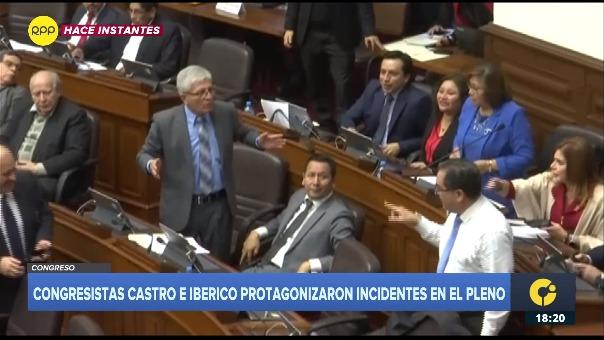 El congresista Luis Iberico se acerca al escaño de Jorge Castro. Sergio Dávilo y Ana María Choquehuanca impiden que los congresistas se vayan a las manos.