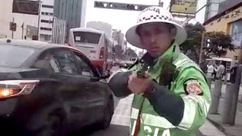 Video de la intervención en la que el conductor se muestra desafiante e insulta al policía.