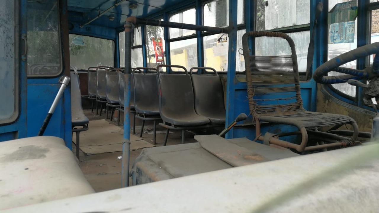El microbús permanece estacionado frente a un puesto de salud, a metros de la comisaría La Noria, hace tres años.