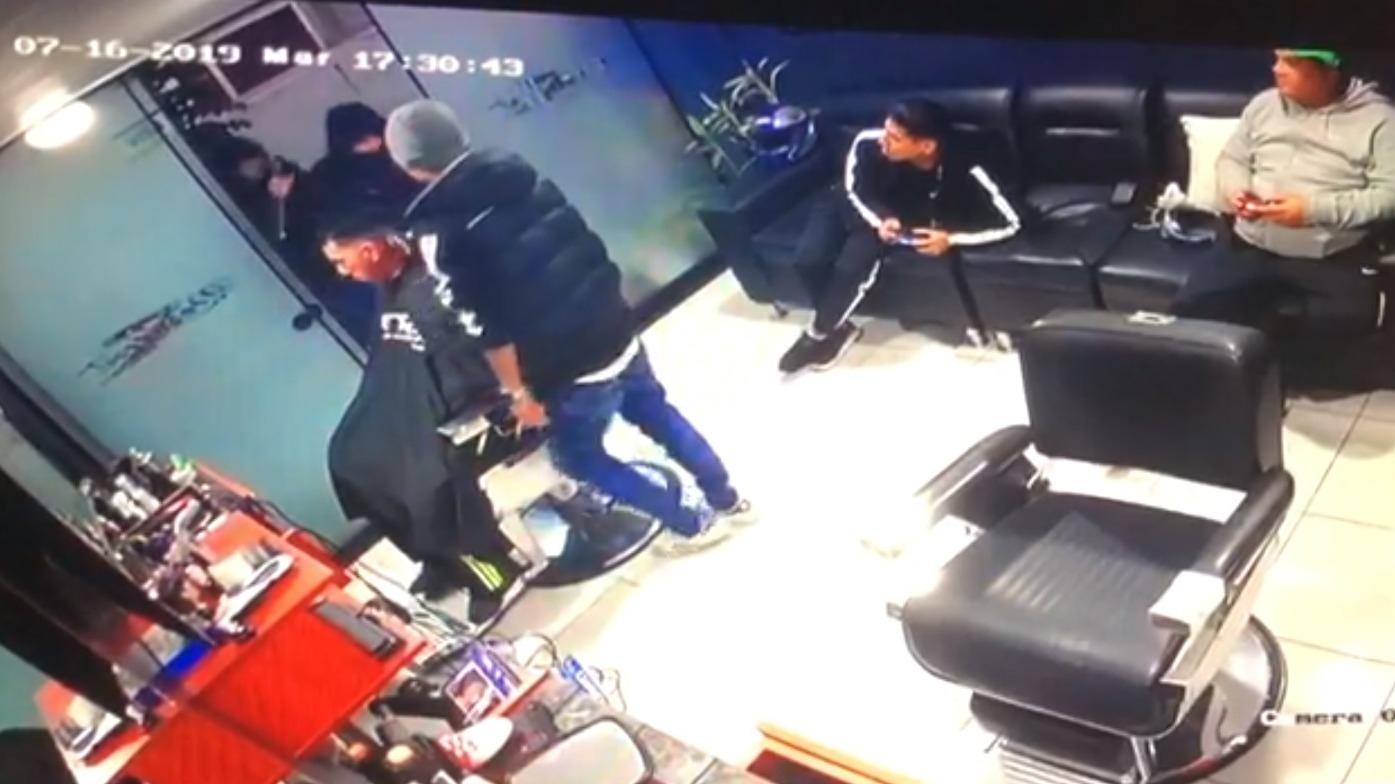 El robo quedó registrado por las cámaras de seguridad del local.